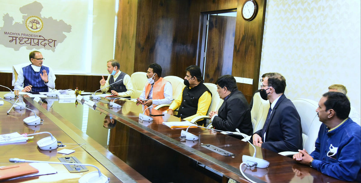 Chief Minister Shivraj Singh Chouhan holding  discussions with Indore industrialists in Bhopal on Monday