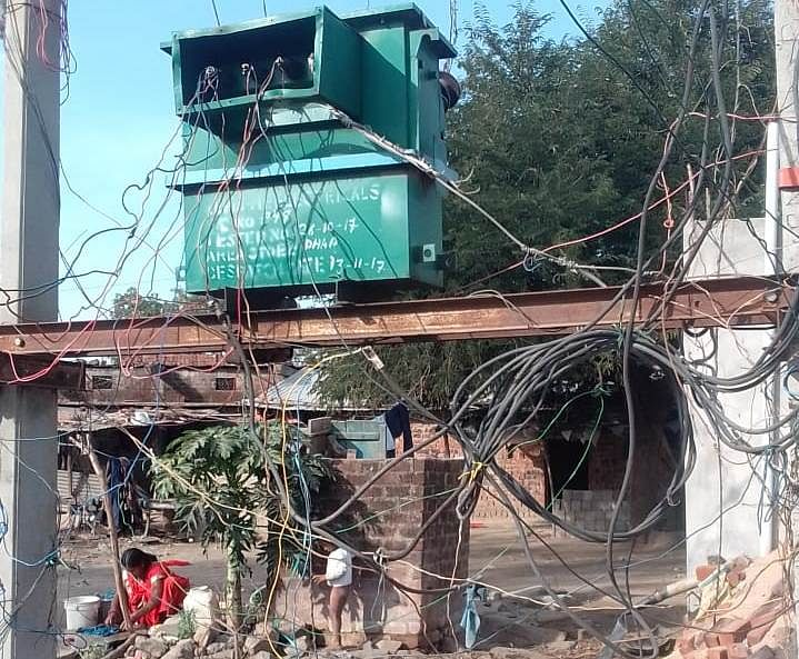 DHAR: Transformer with open wires in tribal settlement causes resentment among villagers in Sardarpur tehsil
