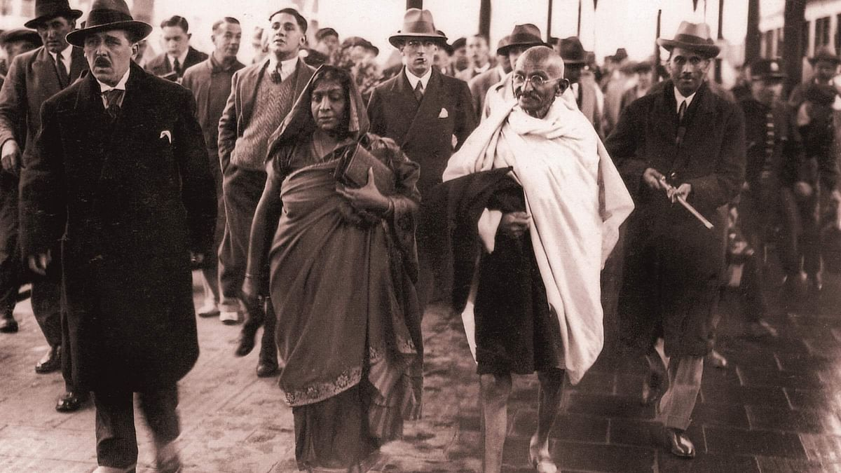 Gandhi with Sarojini Naidu walking towards the venue of Round Table Conference, 1931