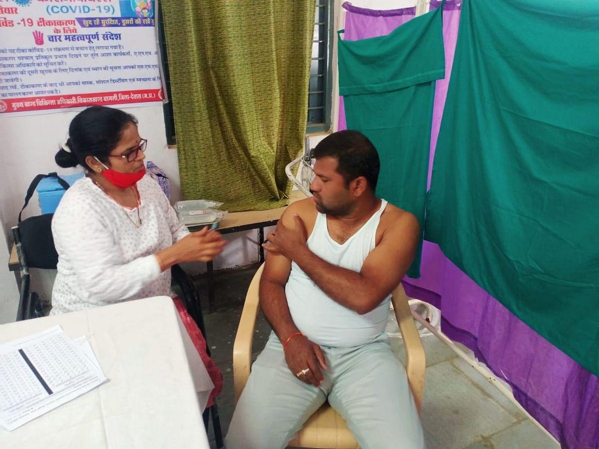 COVID Vaccination in Madhya Pradesh:  Admin officials, frontline corona warriors in Khandwa and Bagli get the jab