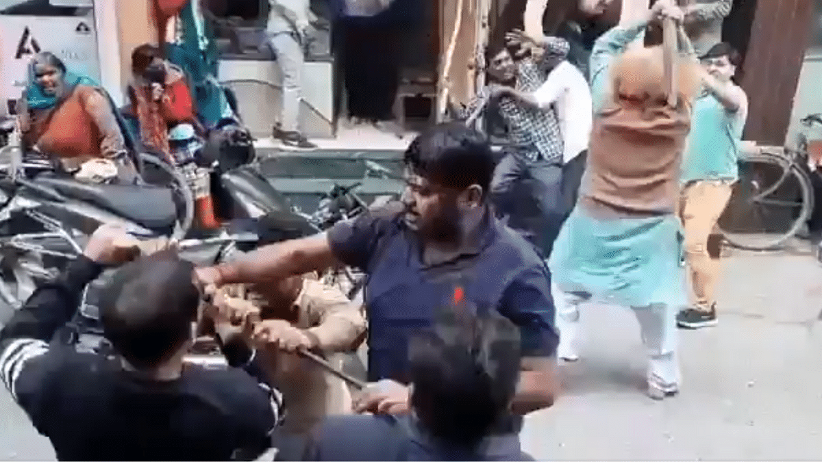 A brutal fight breaks out on a street in UP but Twitter is rolling on the floor laughing
