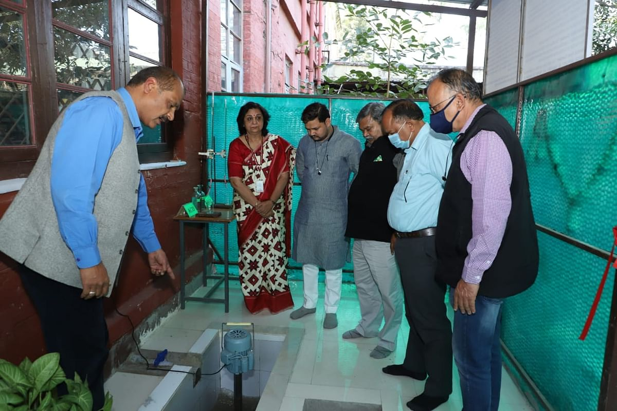 Dr Rajiv Dixit showing the ​​functioning of the plant at Holkar Science College