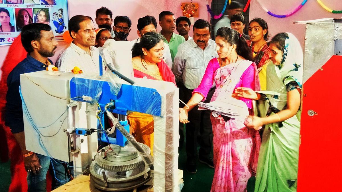 Alirajpur district collector Surbhi Gupta and members of Tulsi Aajivika Swayam Sahayata Samooh during inauguration of disposal plates unit inaugurated in Udaigarh