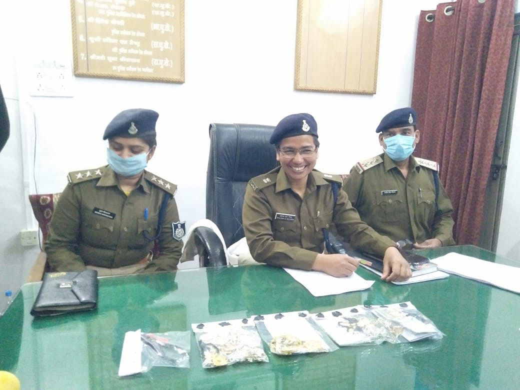 GRP police officials displaying stolen goods seized from the arrested.
