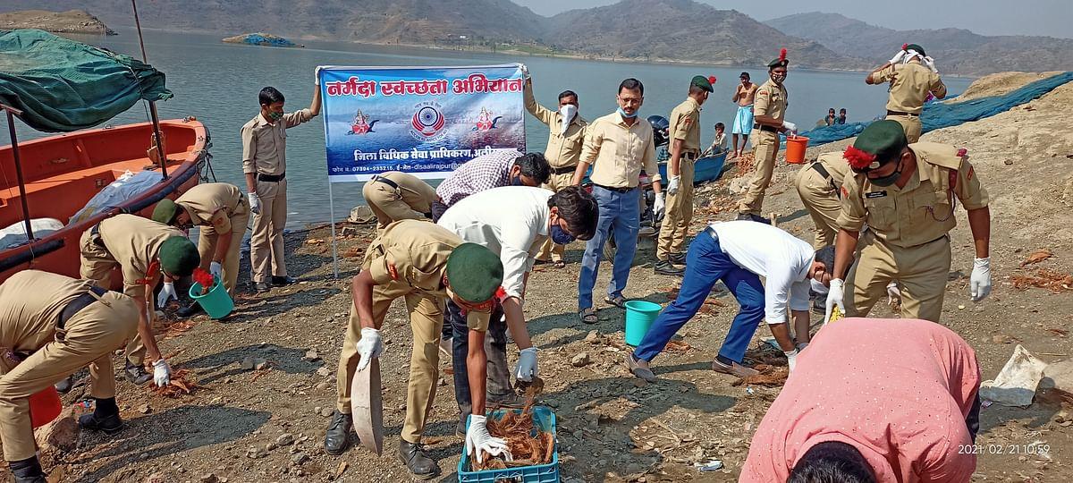 Madhya Pradesh: Judges in Alirajpur take lead in cleaning Narmada
