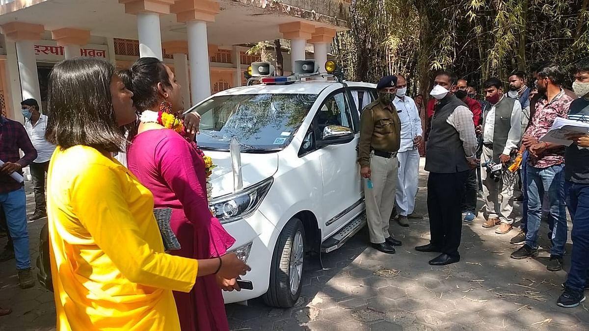 Ujjain: Kinnars block collector's vehicle over pending grant