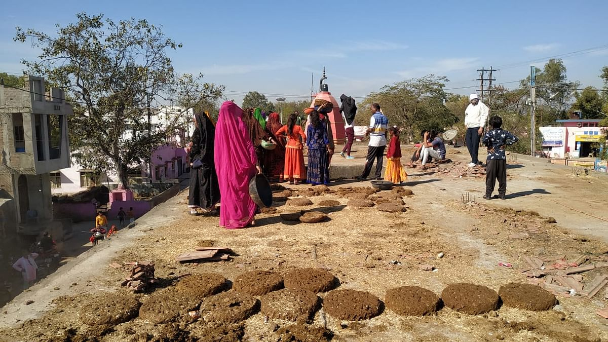 SWACHH BHARAT MISSION: Cow dung cake makers still painting Hatpipliya brown