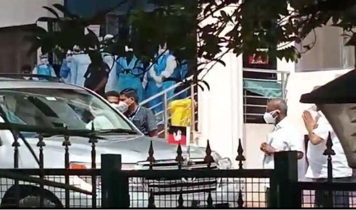 Tamil Nadu ministers go to DGP against Sasikala using AIADMK flag