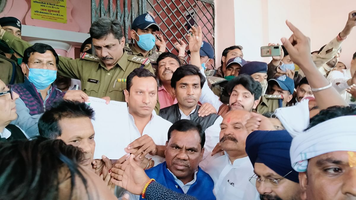 DHAR: Congressmen accuse local police of helping BJP leaders to settle political scores