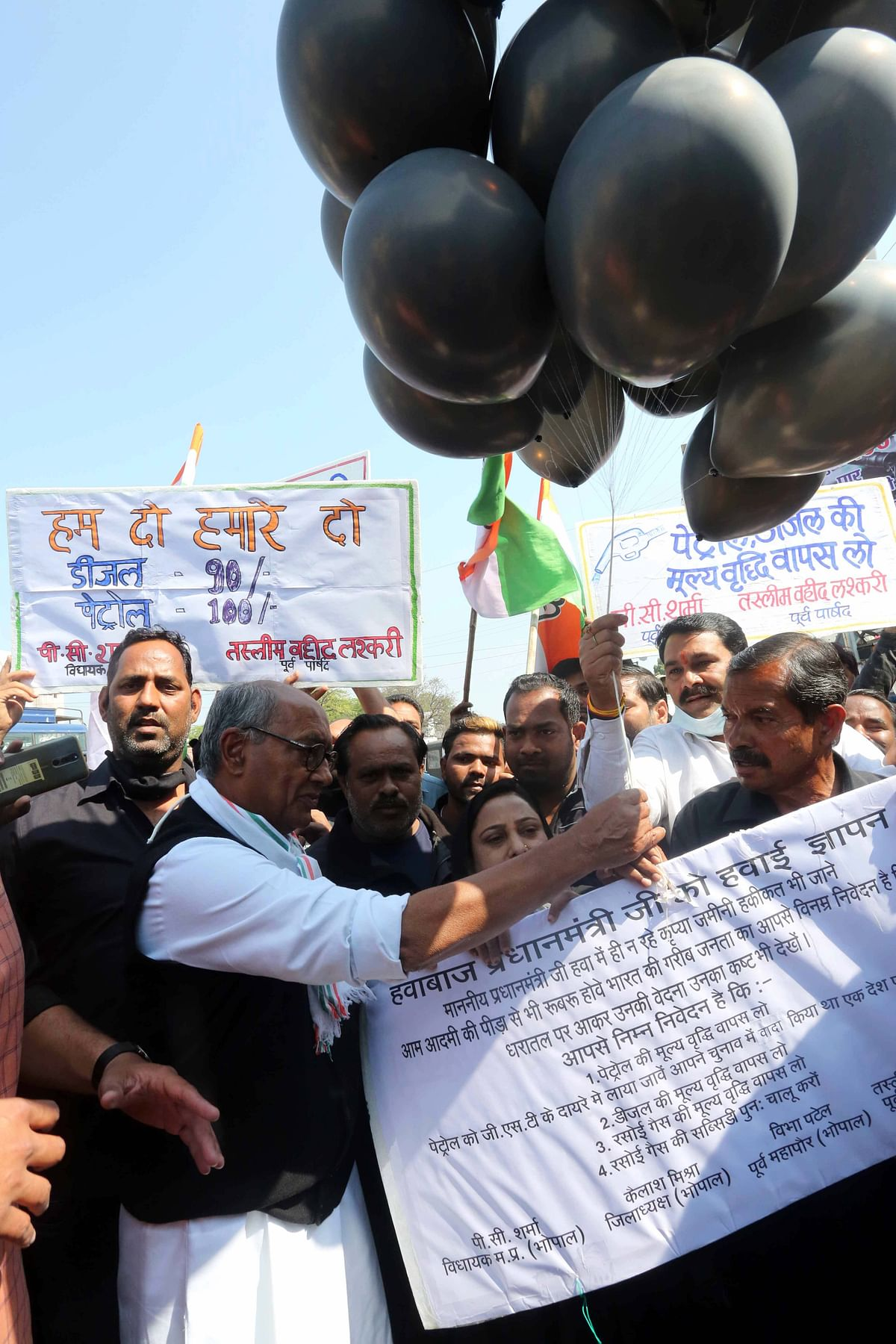 Congress leader Digvijaya Singh releases black balloons in Bhopal with memorandum addressed to PM Narendra Modi over the price hike in petrol, diesel and LPG during the bandh called on Saturday.