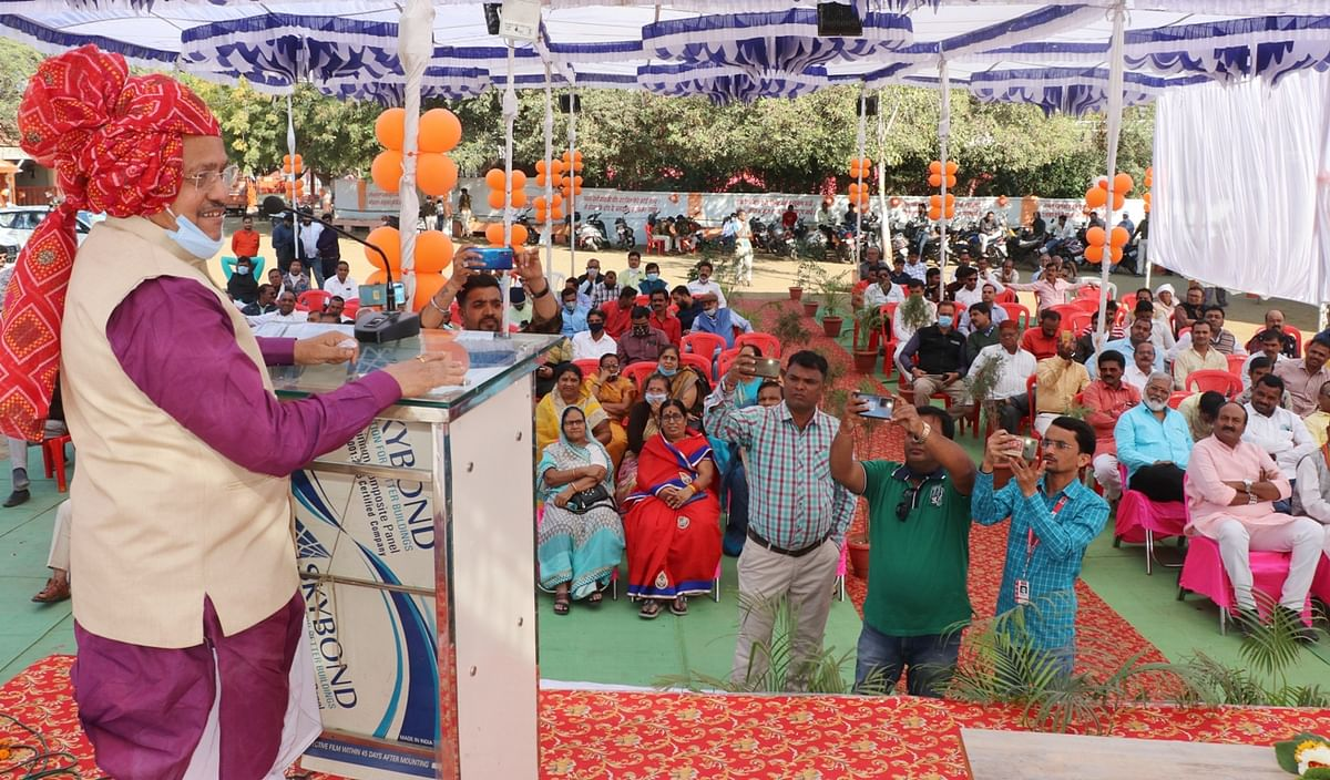 KHANDWA: State animal husbandry minister Prem Singh Patel inaugurates machine to make logs from cow dung