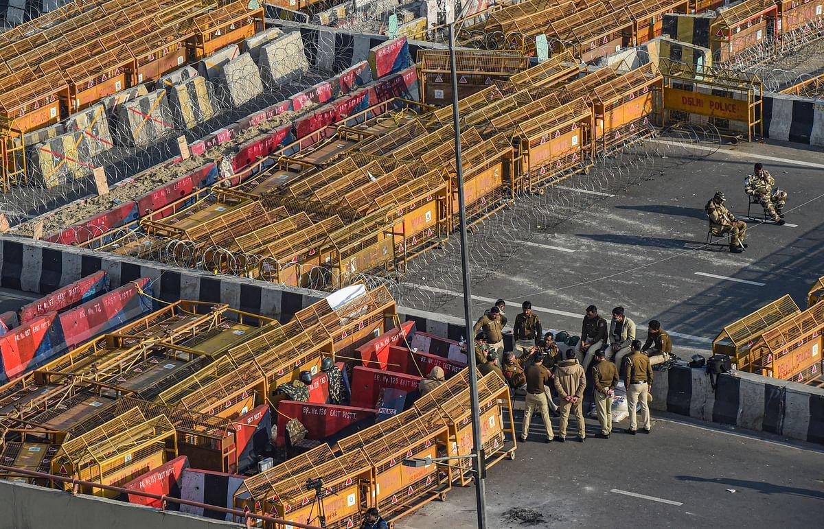 Police barricades along Delhi border to stop protesting farmers