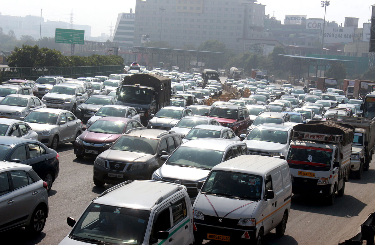 Heavy traffic jam at Gurugram-Delhi border due to police barricade
