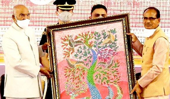 Chief Minister Chouhan presented tribal art work to President  Kovind at tribal meet in Damoh