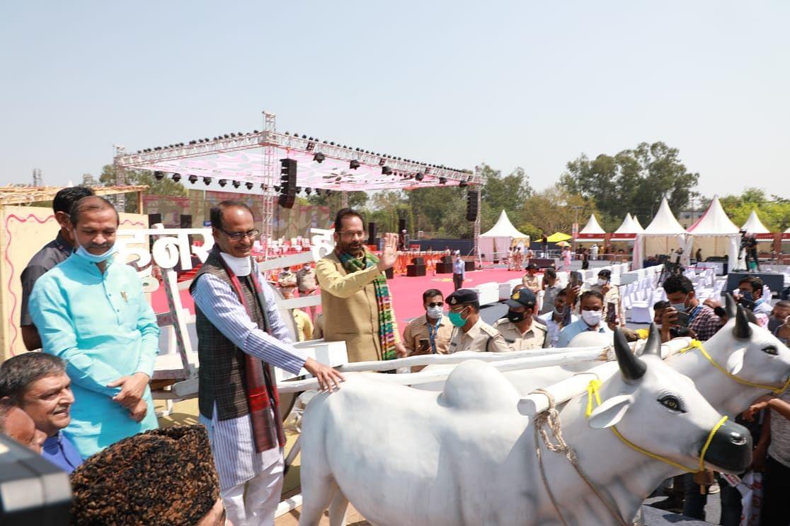 Chief minister Shivraj Singh Chouhan, Union Minister for Minority Affairs Mukhtar Abbas Naqvi at Hunar Haat