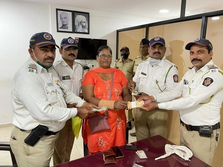 Thane: Traffic police officials saves injured; valuables of over Rs 3 lakh safely recovered