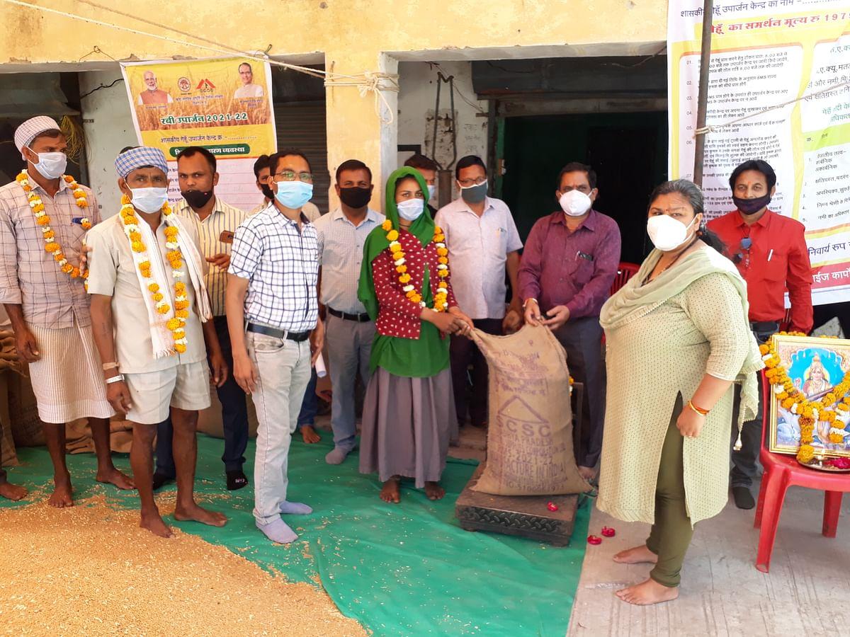 Madhya Pradesh: Alirajpur collector Surabhi Gupta inaugurates wheat-gram procurement work
