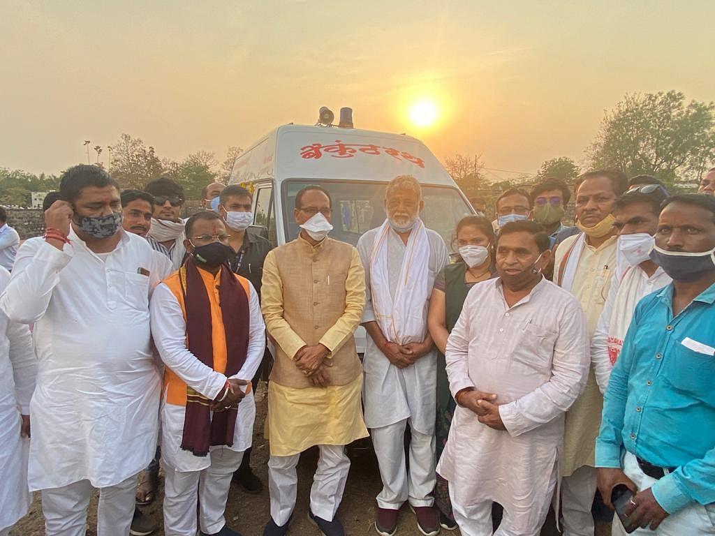 Madhya Pradesh: CM Shivraj Singh Chouhan dedicates hearse in memory of late Chanda Bai and Kanhiyalal Chokada in Sanawad