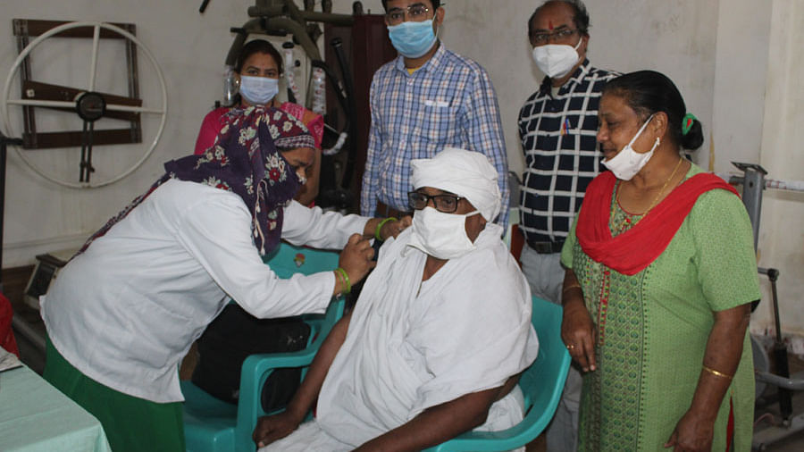 Sevadham Ashram founder Sudhir Bhai Goyal gets corona vaccine in Ujjain on Wednesday. 110 inmates of the Ashram were also vaccinated on the same day
