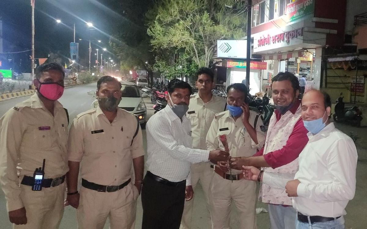 Ujjain: Protestors resort to Gandhigiri, demand closure of liquor shops by 10 pm