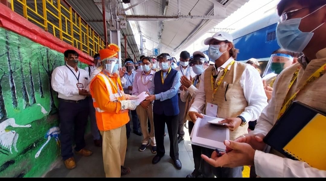 Sanjeev Mittal, GM, CR conducts inspection of Suburban Stations between CSMT – Kalyan of Mumbai Division