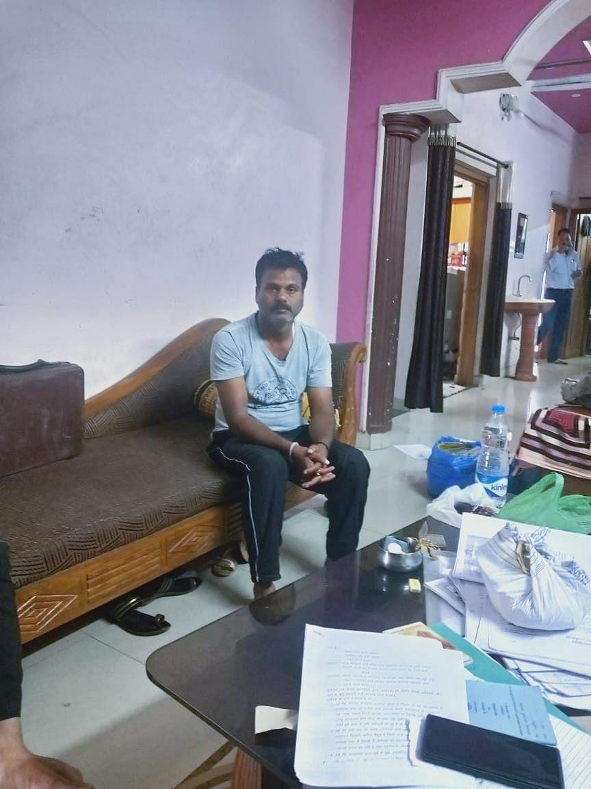 Teacher Pankaj Shrivastava, posted in one of the villages of Betul district, fell in the net of the Lokayukta on Tuesday.