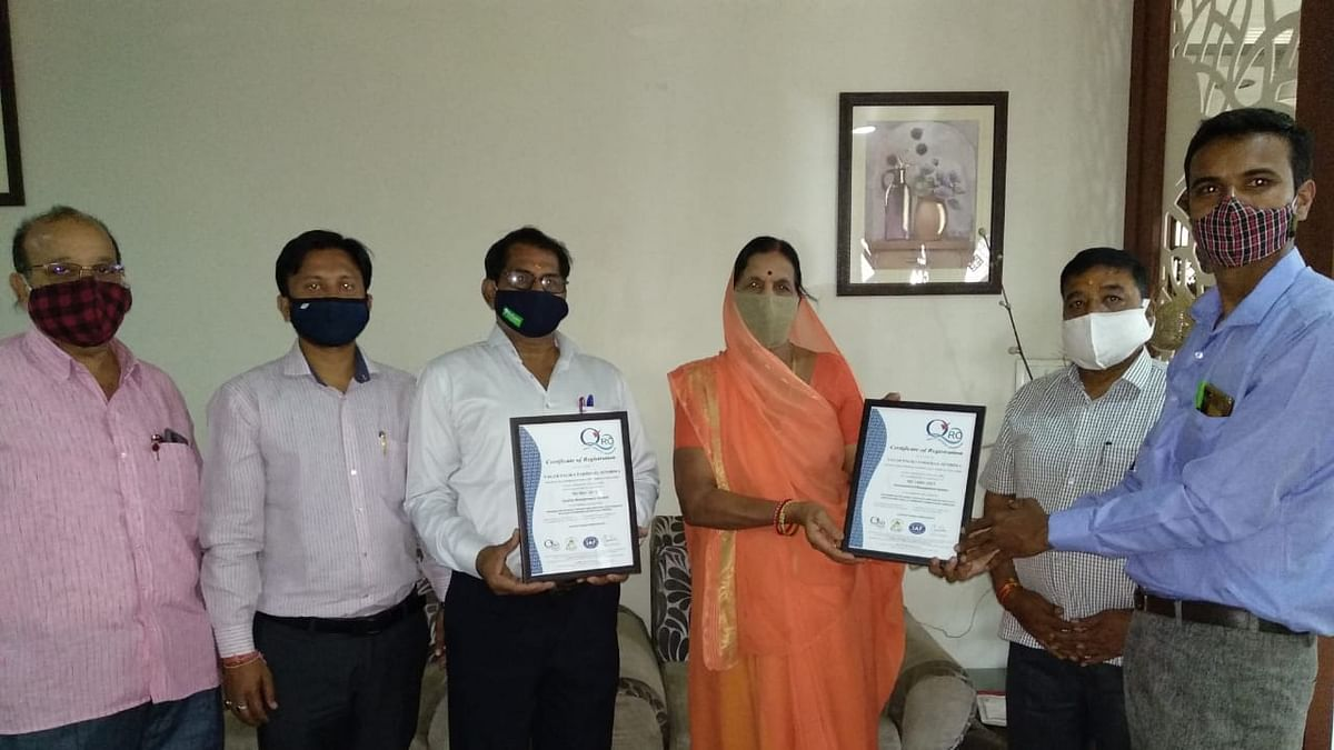 Amid rise in corona cases in the district, the ISO certificate was handed over to the municipal council president Basantibai Yadav at her residence