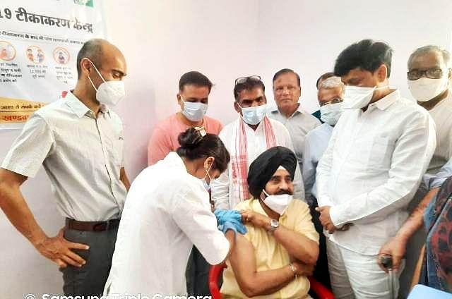 Madhya Pradesh: Retired station master among 300 receive jab in Khandwa