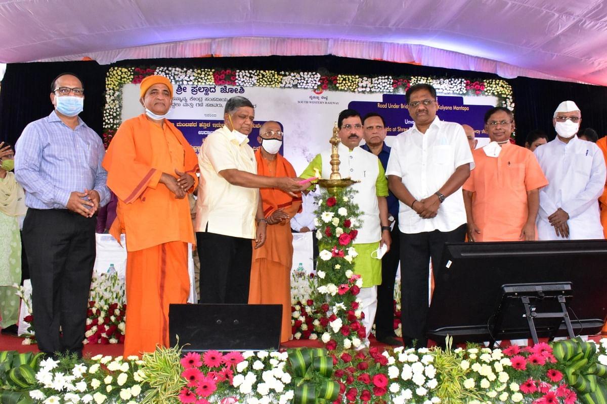 Union Minister Pralhad Joshi, inaugurates Road Under Bridge near Krishna Kalyan Mantap and unveils the Statue of Swami Vivekananda near SSS Hubballi Station