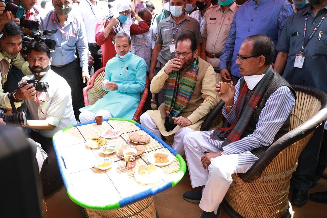 Chief minister Shivraj Singh Chouhan, Union Minister for Minority Affairs Mukhtar Abbas Naqvi enjoying Tandoori Tea at Hunar Haat in Bhopal on Saturday