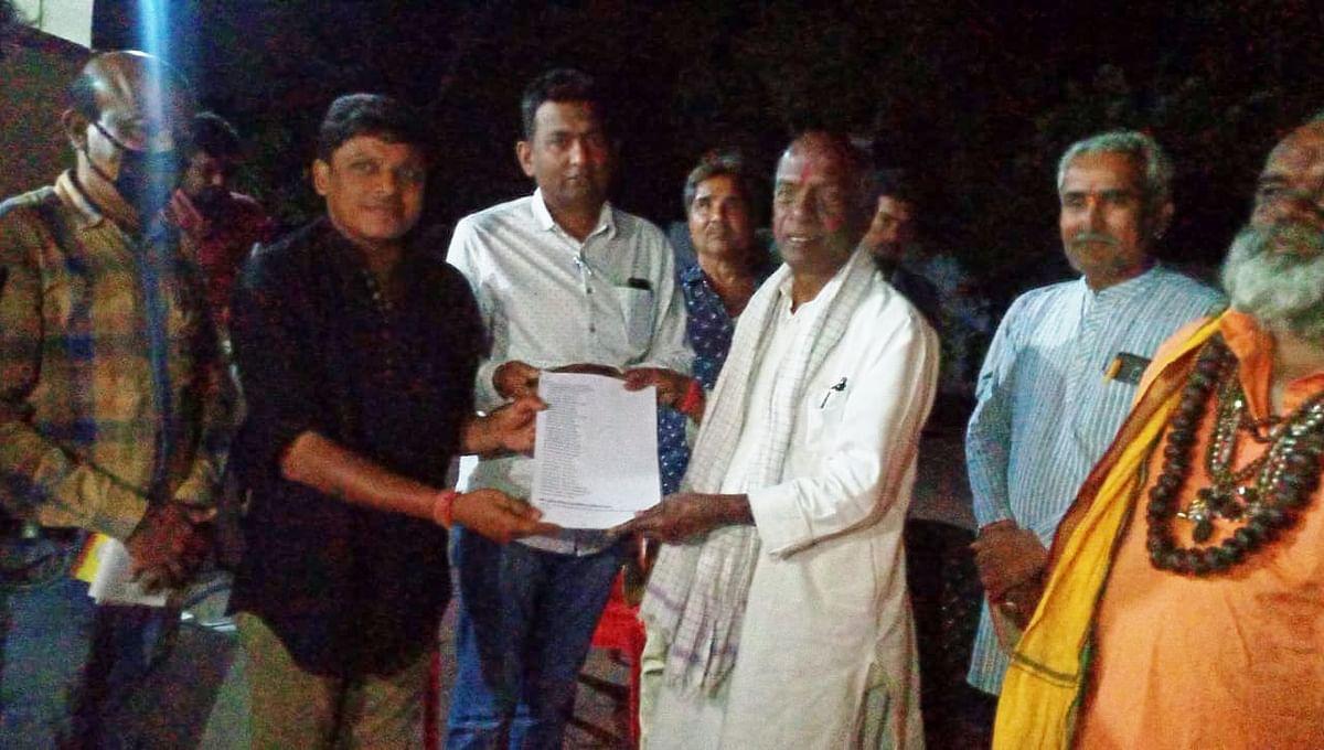 Former BJP leader Govindacharya receiving proposal letter