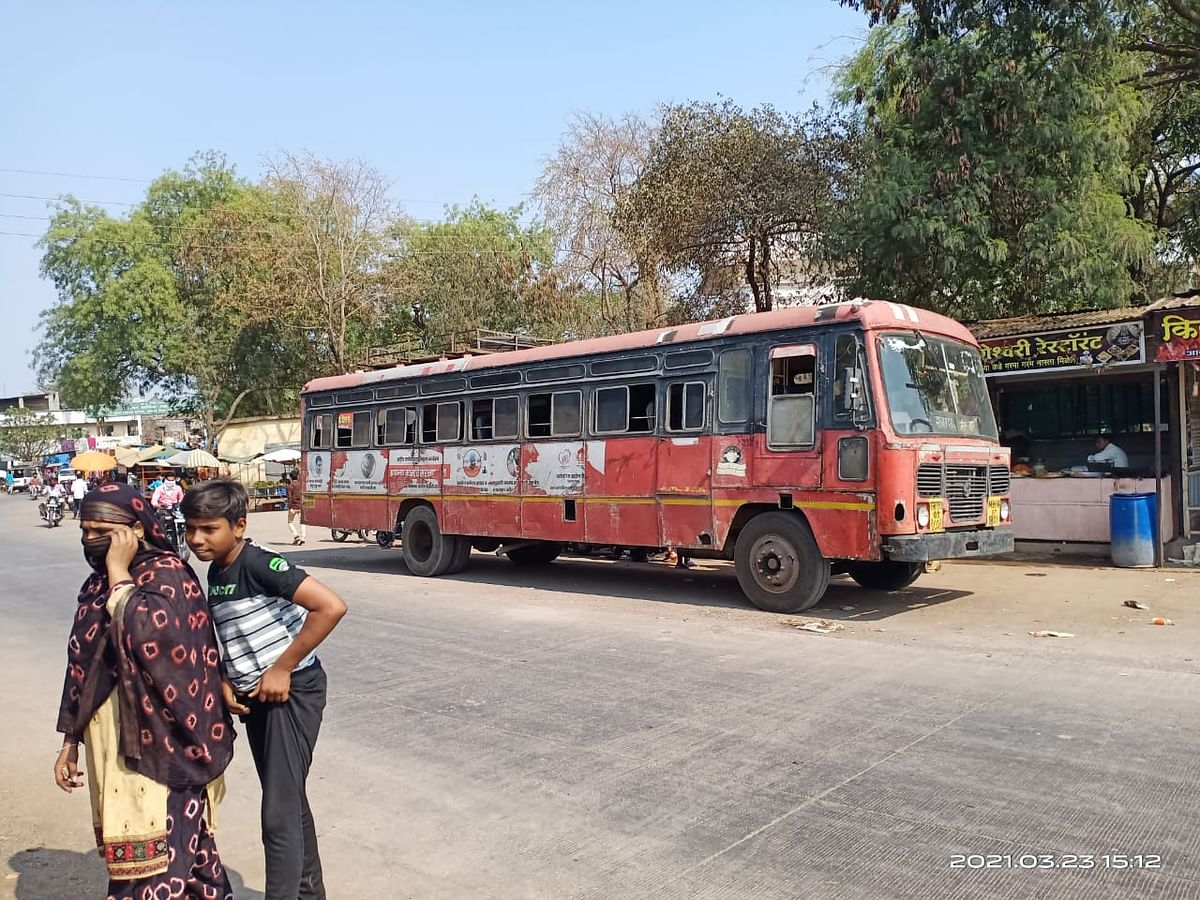 Amid temporary suspension of interstate bus services between Madhya Pradesh and Maharashtra, passengers left with no option but to cross state border by walking with their luggage
