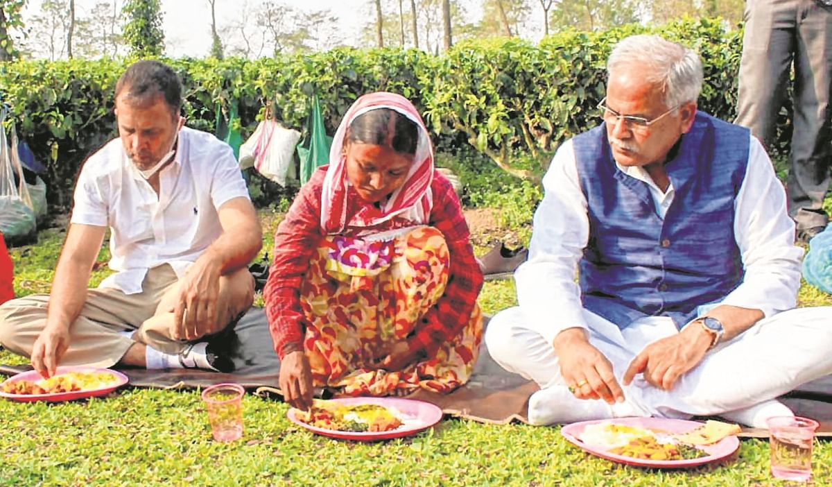 Congress leader Rahul Gandhi along with Chhattisgarh CM Bhupesh Baghel having lunch with the workers in Assam.