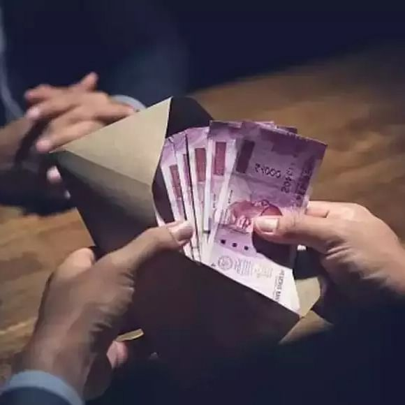Mumbai: Traffic cop trapped for graft, caught accepting Rs 2,000 from delivery person