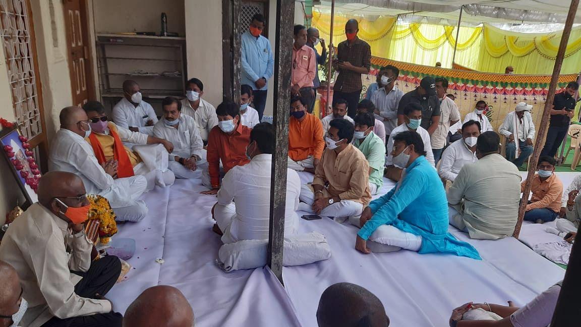 Kailash Vijayvergiya calls on kin of deceased party leader in Burhanpur