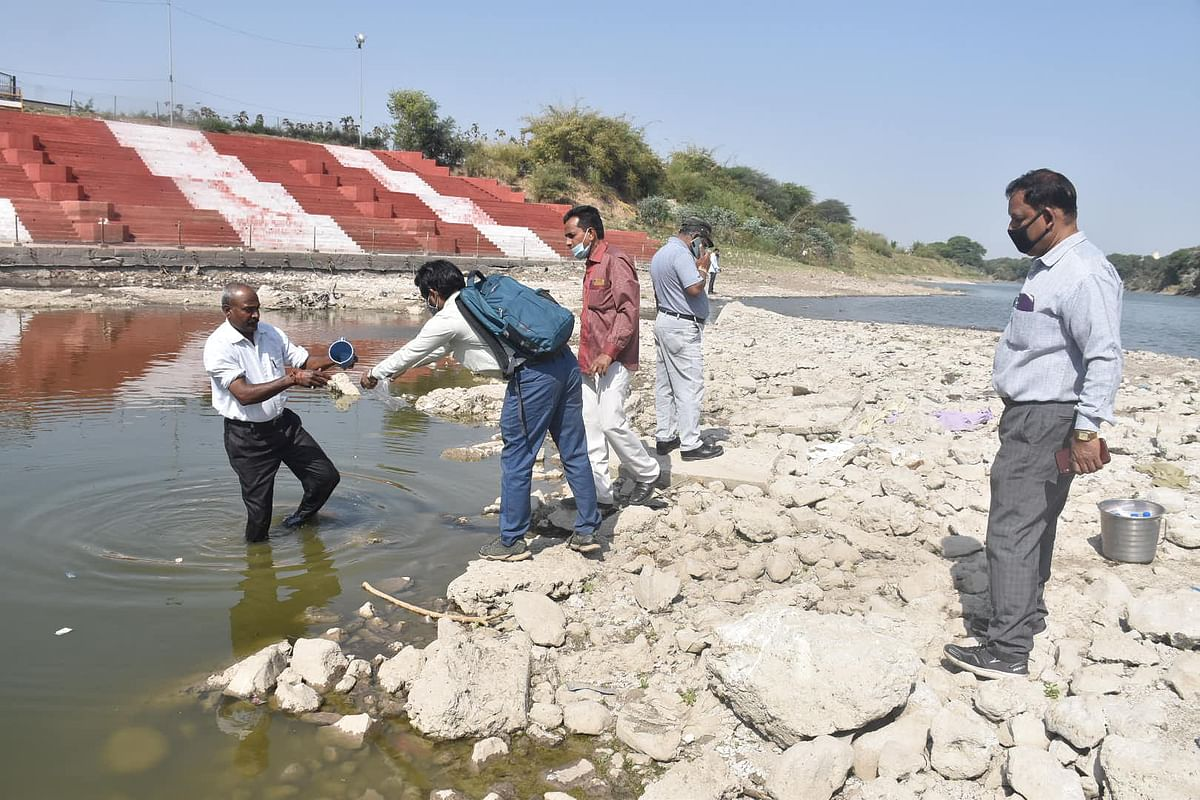 Ujjain: ONGC's scientists collect samples of soil and water from Kshipra riverbed