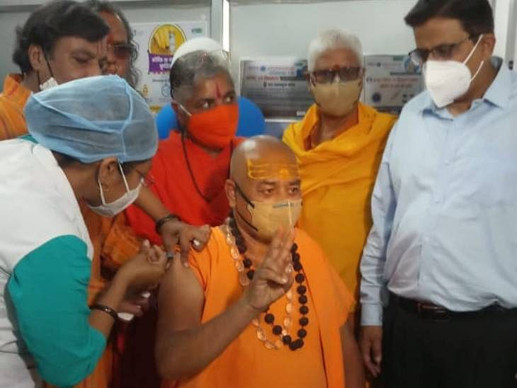 Jabalpur: Swami Akhileshwaranand Giri, the chairman of the Cow Protection Board, received a dose of Covid vaccine at Victoria Hospital in Jabalpur on Monday