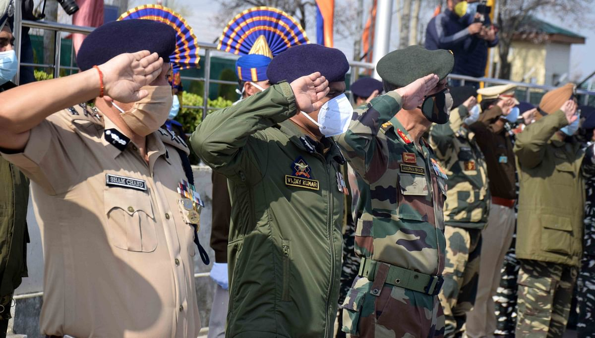 Senior Police and CRPF officers led by IGP Kashmir Vijay Kumar paid tributes to slain CRPF men at Special Training Camp in Humhama area of Budgam.