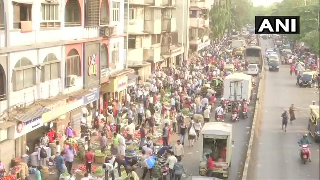 COVID-19 in Mumbai: Huge crowd seen at Dadar market, Shivaji Park; social distancing norms flouted