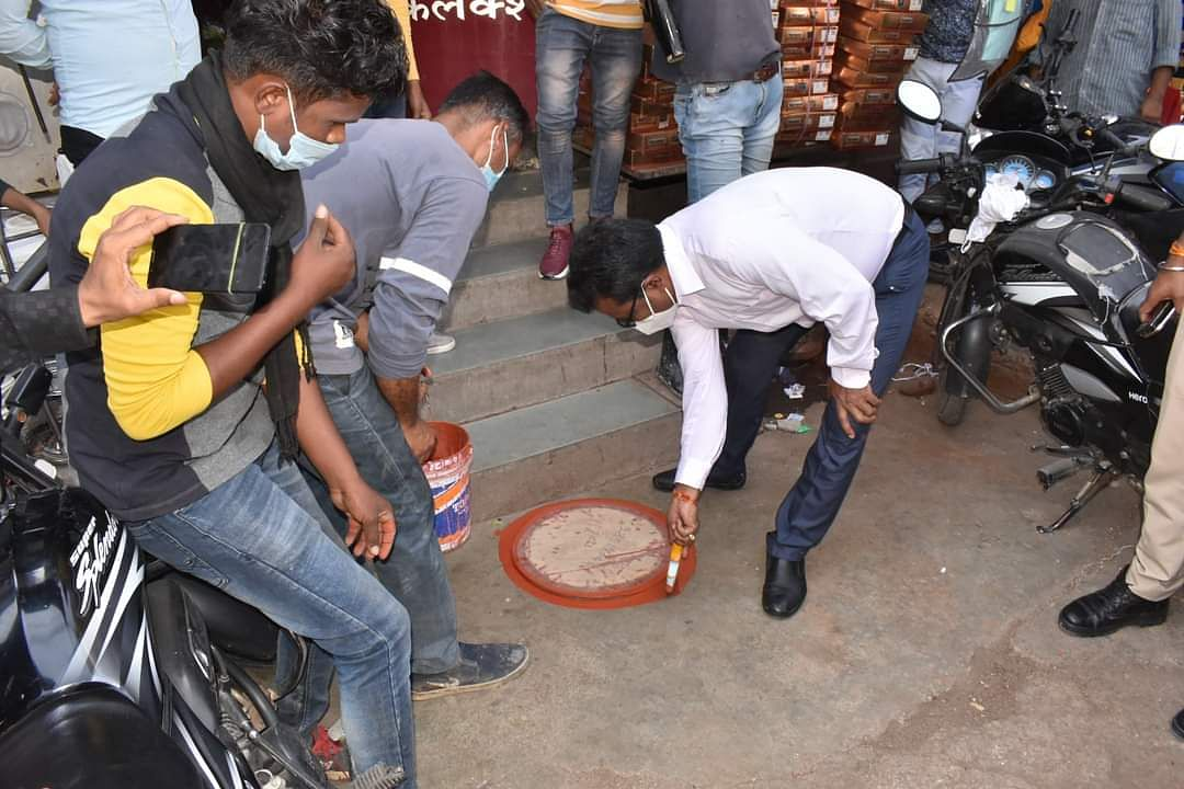 Attempts to prevent Covid in Mandsaur: Circles were made outside shops to maintain social distance