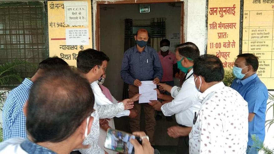 Madhya Pradesh: Doctors, health staffers demand arrest of accused of ambulance attack in Sardarpur, submit memorandum