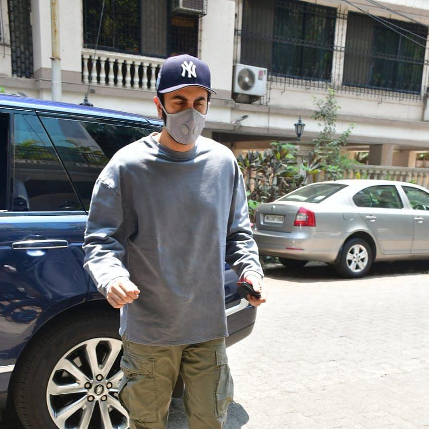 Watch:  A concerned Ranbir Kapoor asks paparazzi 'Aap log ka lockdown nahi hai?'
