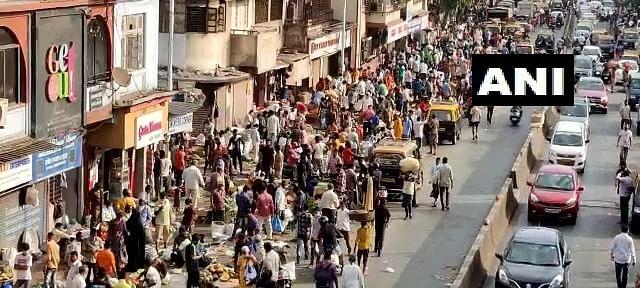 Huge crowd seen at Mumbai's Dadar vegetable market amid COVID-19 spike