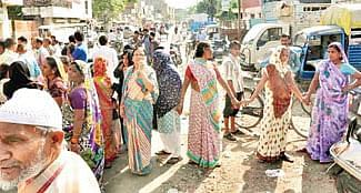 Indore: Angry locals block road over unavailability of remdesivir at medical stores
