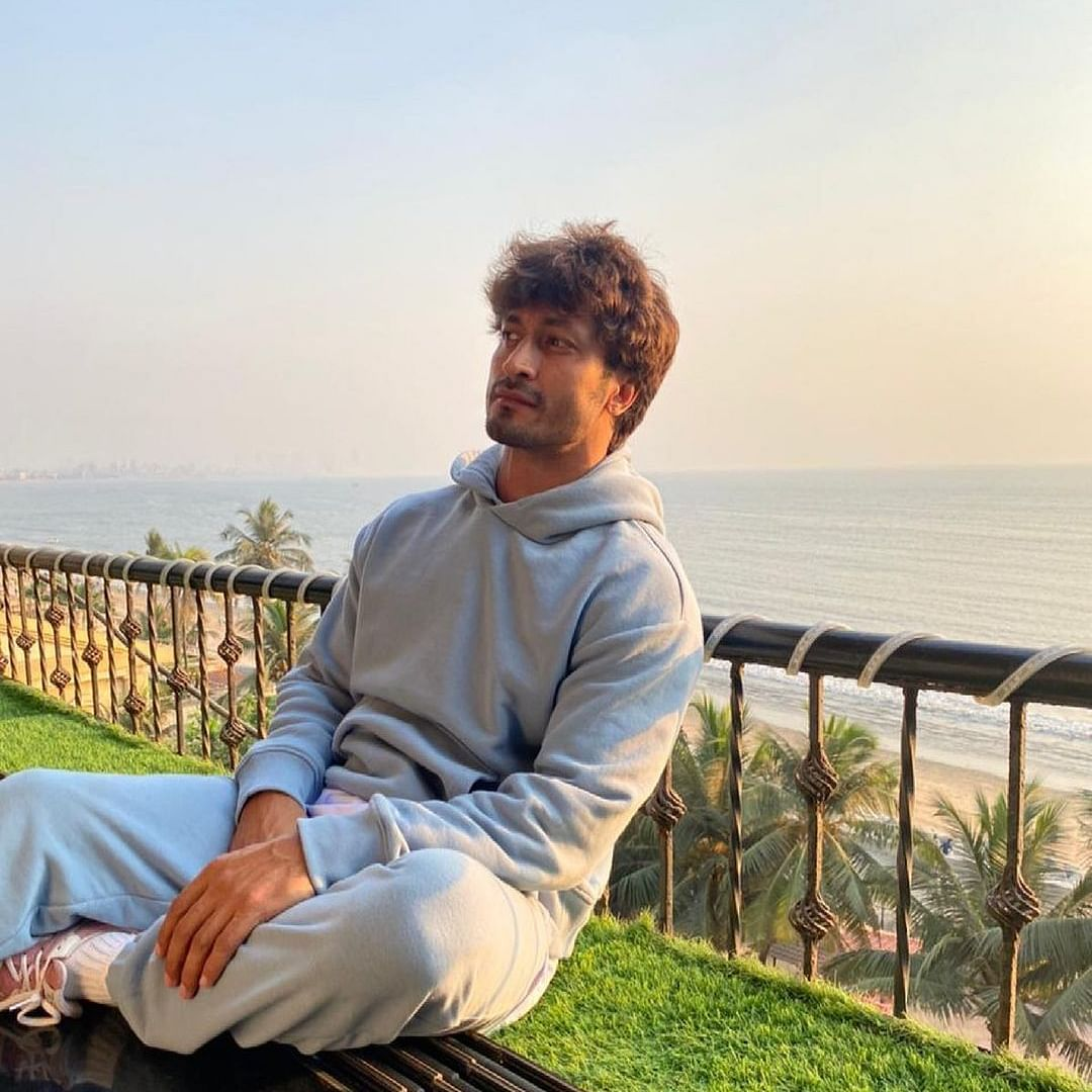 Watch: Vidyut Jammwal gives jacket worth Rs 6,000 to paparazzo, says 'you guys work very hard'