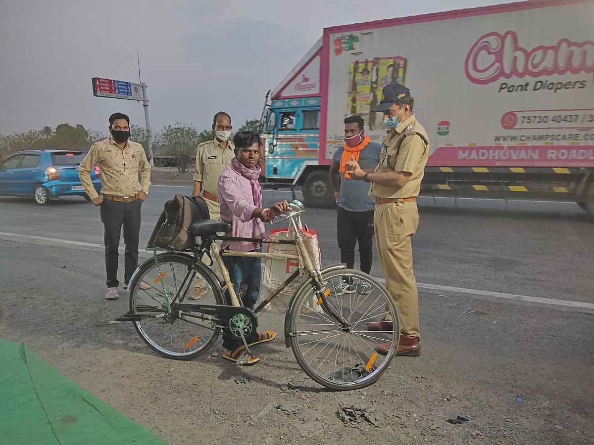 Indore: Police play good Samaritan: Provide food shelter to migrant workers