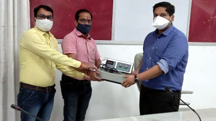 GOOD INITIATIVE! The members of Deepjyoti Welfare Society gift a blood storage machine to Zilla Panchayat CEO Ankit Asthana, in Ujjain on Wednesday.  The machine will be installed at Government Madhav Nagar Hospital. Society members donated the machine to mark their support to the call of CM for voluntary donation