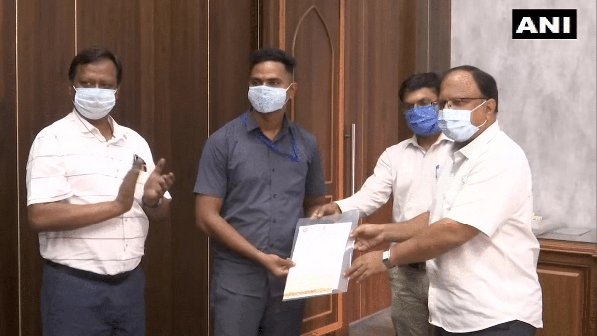 WATCH: Central Railway staff felicitates Pointsman Mayur Shelke for saving 6-year-old