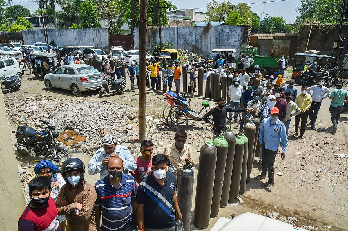 Bhopal: Long queues seen outside Bharat Heavy Electricals Limited to get oxygen cylinders refilled