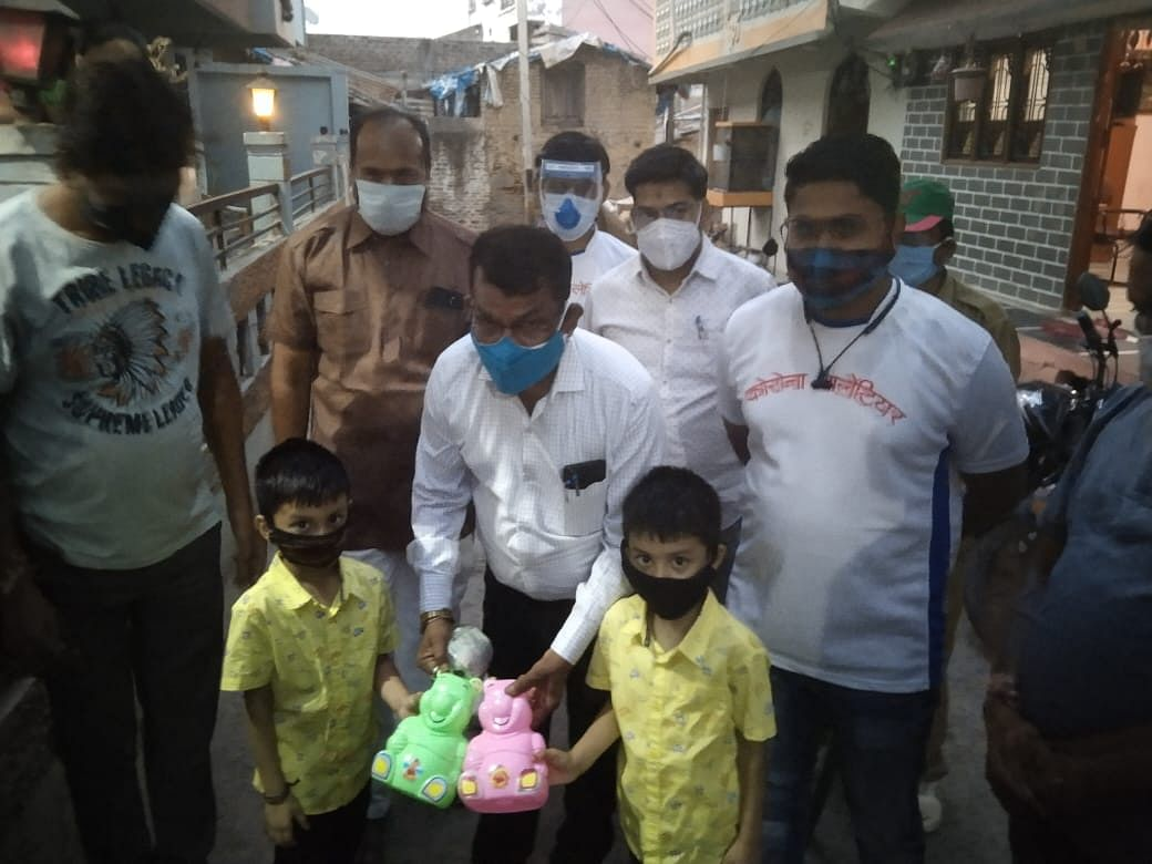 Twin brothers - Ayansh Gupta and Avish Gupta - on Friday donated Rs 2,500 from their piggy banks to tehsildar Sunil Dawar for oxygen machines saying that no child should lose his or her parents